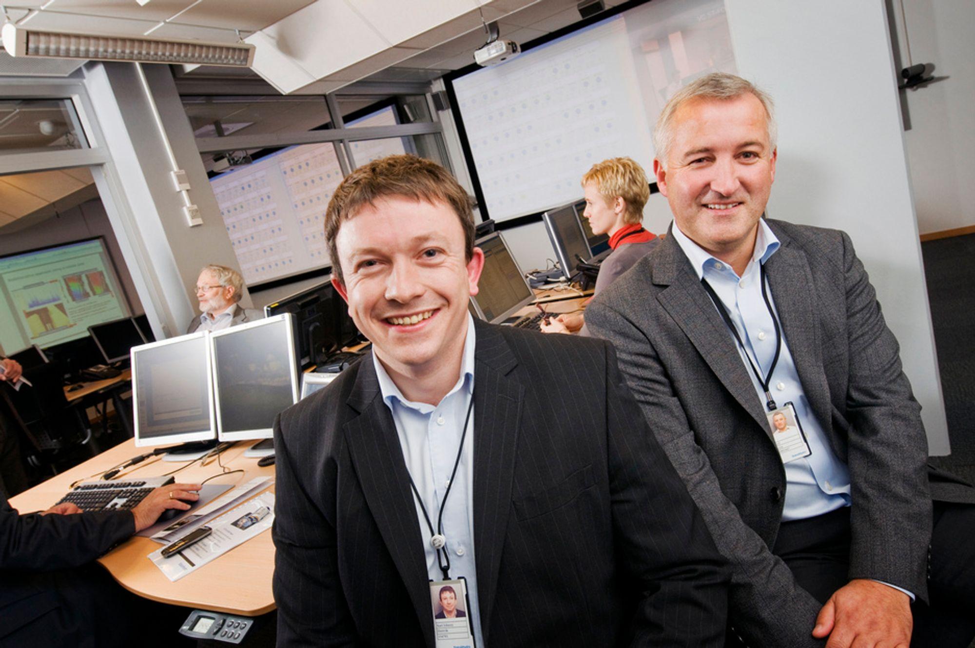 AVANSERT: Leder for produksjonsstøttesenteret Kjell Lejon og initiativtager Karl Johnny Hersvik har tilgang på produksjonsdata fra 80 prosent av feltene i drift på norsk sokkel. Avansert datainnsamlings- og kommunikasjonsutstyr står til rådighet for å sikre stabil drift med maksimal inntjening.