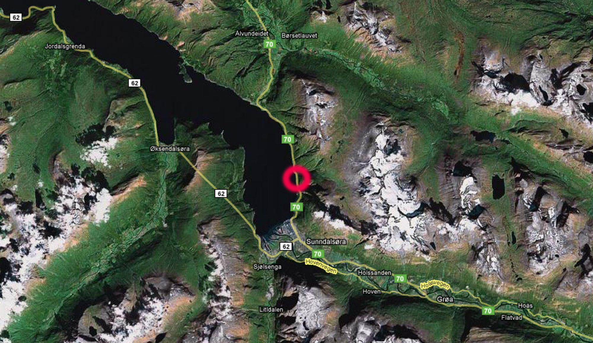 Her mellom Midtbekktunnelen og Trettøytunnelen nord for Sunndalsøra gikk raset søndag kveld.