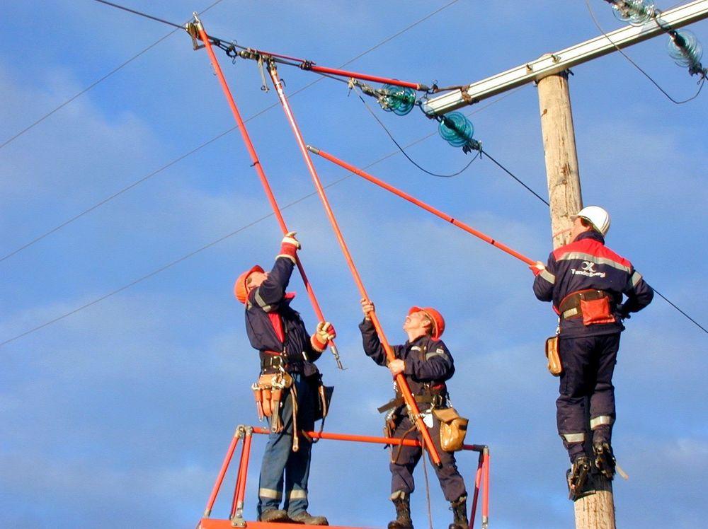 Montører fra TrønderEnergi trener i skifting av isolatorkapper. FOTO: PER STEINAR MIKKELSEN