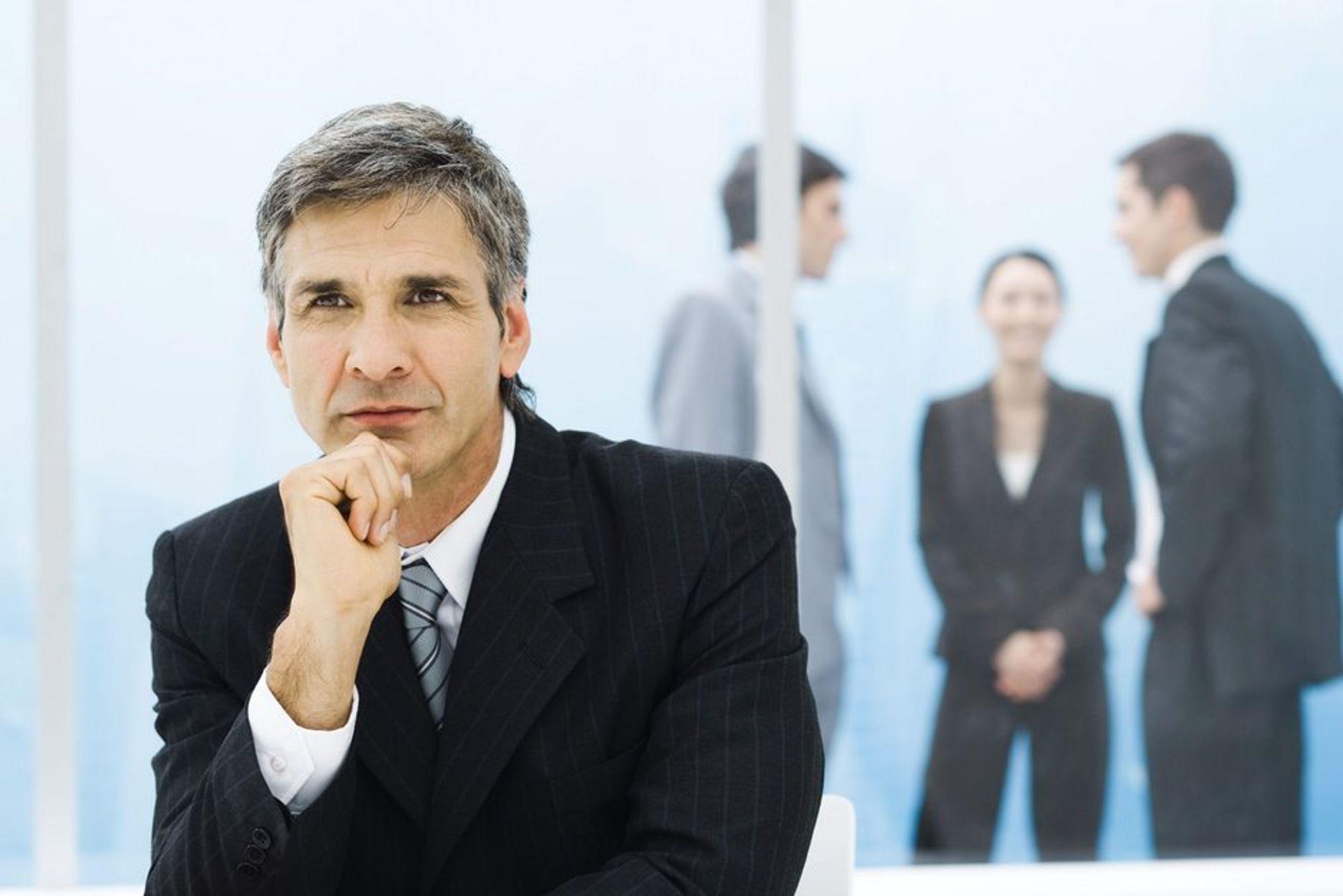 UTENFOR: Sjefen holder seg heller på kontoret enn å involvere seg for å løse konflikter på jobben.