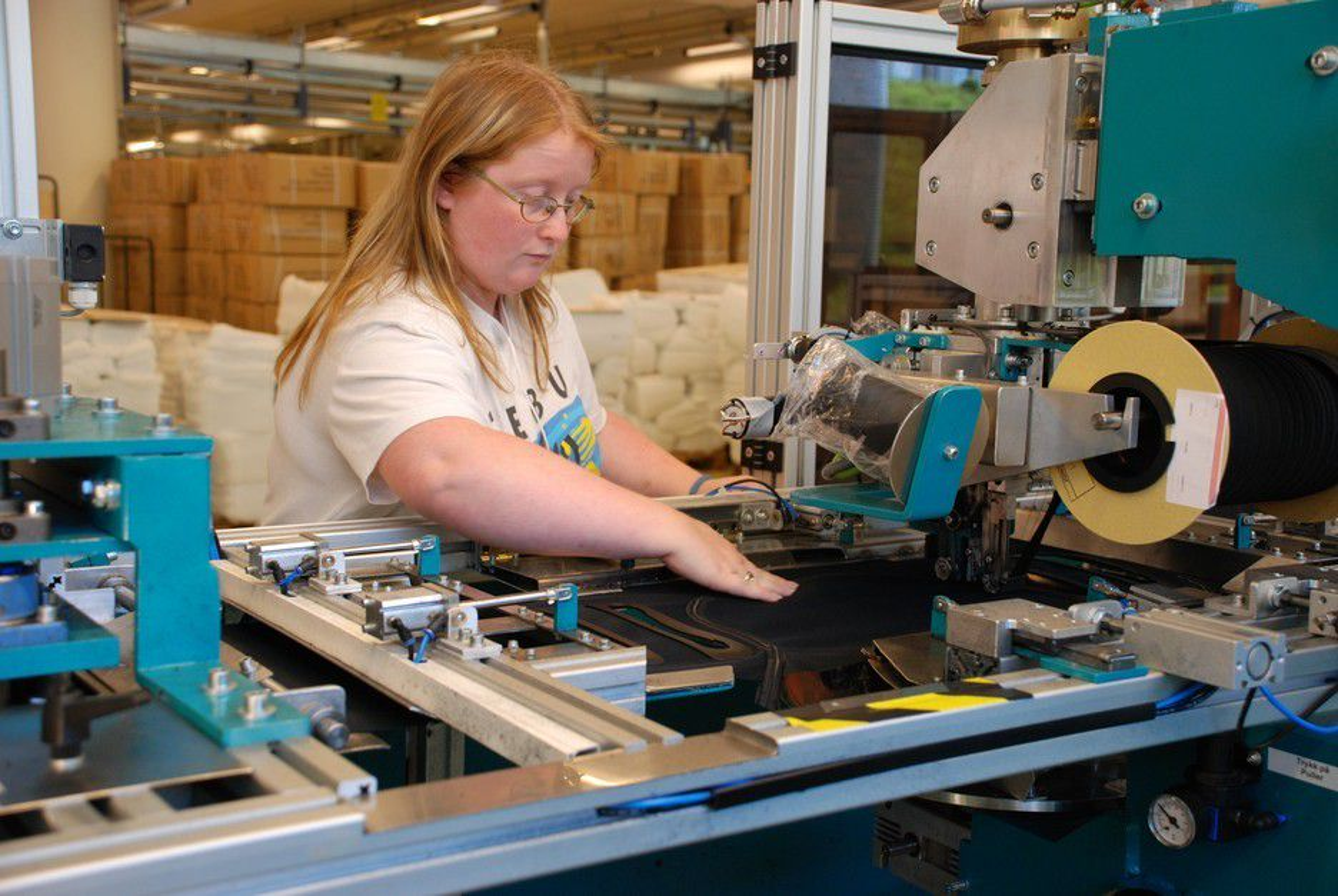 Ingerid Rømo og de andre ansatte ved Ekornes har redusert arbeidstiden for å hjelpe bedriften i vanskelige tider.