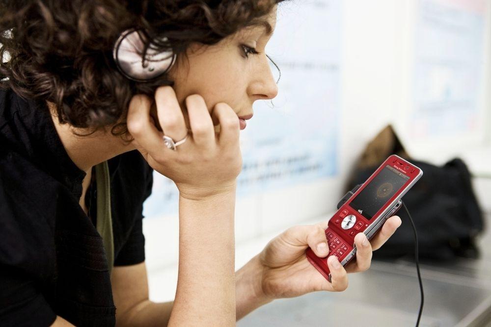 VINNER: Sony Ericssons nye W910i er bokstavlig talt en rystende telefon. Når du rister på den finner den en ny låt. Og anhengig av hvordan du rister bytter den fremover, tilbake eller til nyspilleliste. Som du skjønner er dette en musikktelefon, men den er mer. Endelig har Sony Ericsson kommet med en musikktelefon med HSDPA, så denne bør appellere til de digital kontaktsøkende. Ja og så har den 2 MP kamera, FM-radio med RDS og masse annet som du forventer av en moderne snakke og underholdningsdings på 86 gram med utskyvbart tastatur. Pris? Rundt 4500 kroner.