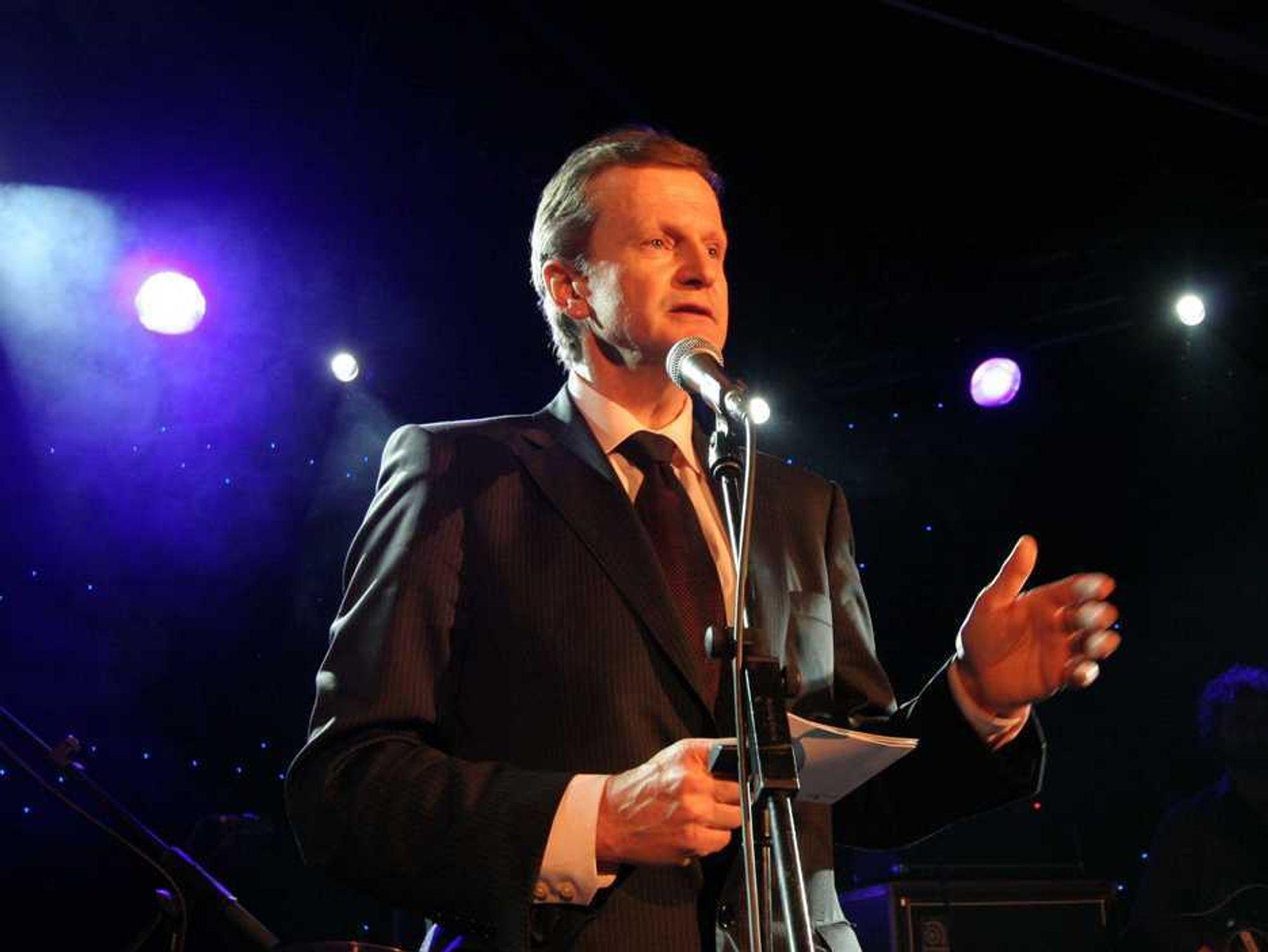 ÅPNET FESTEN: Konsernsjef Jon Fredrik Baksaas kom, sa noen ord og gikk for å rekke et fly hjem til Norge. Han kunne likevel feire at Telenor er blitt verdens sjette største mobiloperatør. Imponerende!