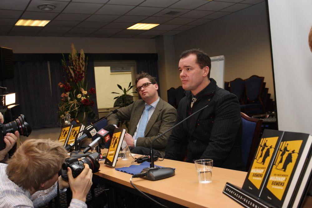 Per-Yngve Monsen mener de ansvarlige etter SBS-overfaktureringen av Forsvaret har sluppet unna. Til venstre hans advokat i flere rettsrunder mot Siemens-systemet, Trygve Staff.