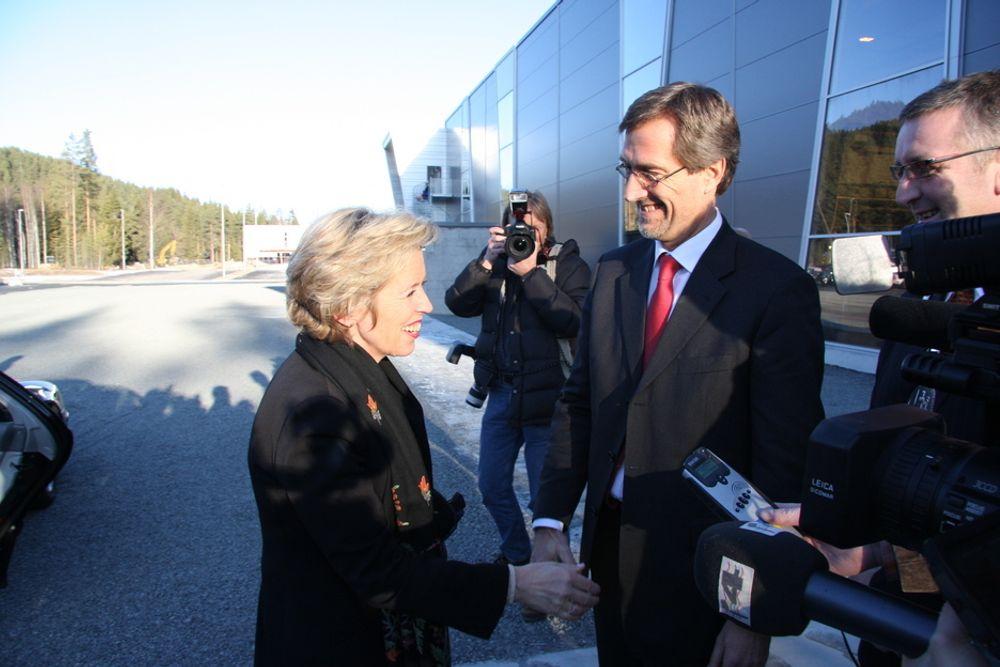 NY FABRIKK: Walter Qvam måtte jobbet hardere for å fylle den nye fabrikken med oppdrag, hvis regjeringen hadde valgt JAS Gripen. Her tar han i mot forsvarsminister Anne-Grethe Strøm-Erichsen.