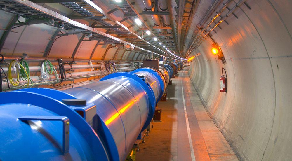 """""""Jakten på ny fysikk"""" er tittelen på den ene doktorgradsoppgaven Trygve  Buanes forsvarer på fredag. Den handler om Cern og partikkelkollisjoner."""
