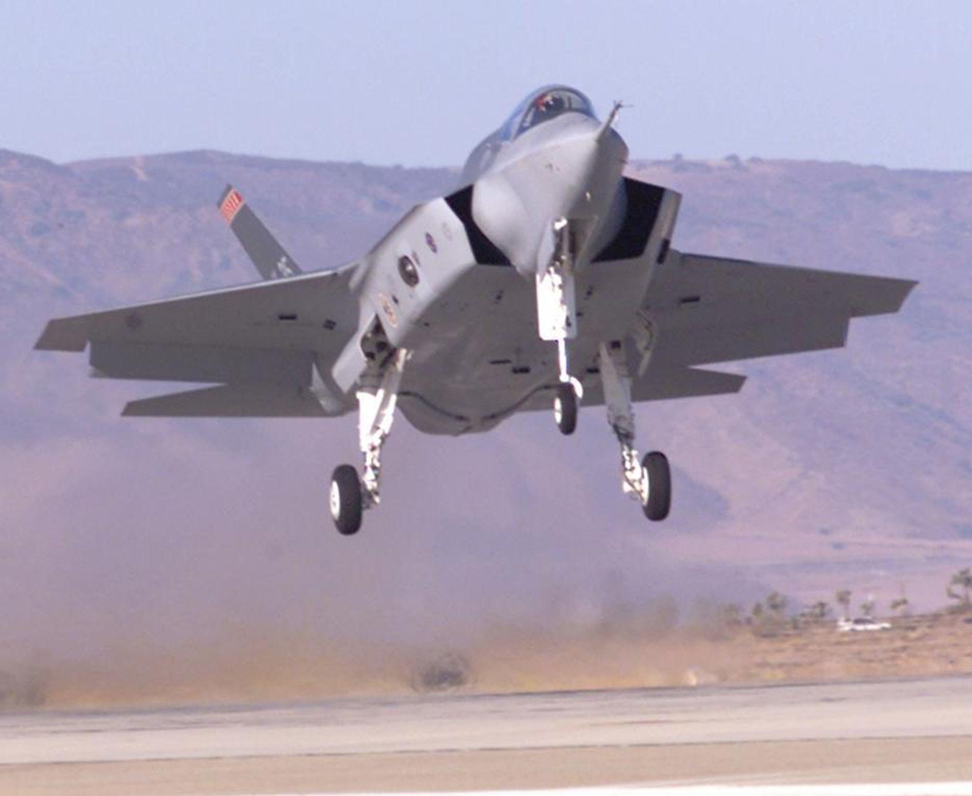 LETTET: Joint Strike Fighter er lettet med 2700 pund (1400 kilo) og er nå på linje mer spesifikasjonene til USAF. Flyet settes i førserieproduksjon rundt år 2007. Bildet viser den første flygende prototypen.