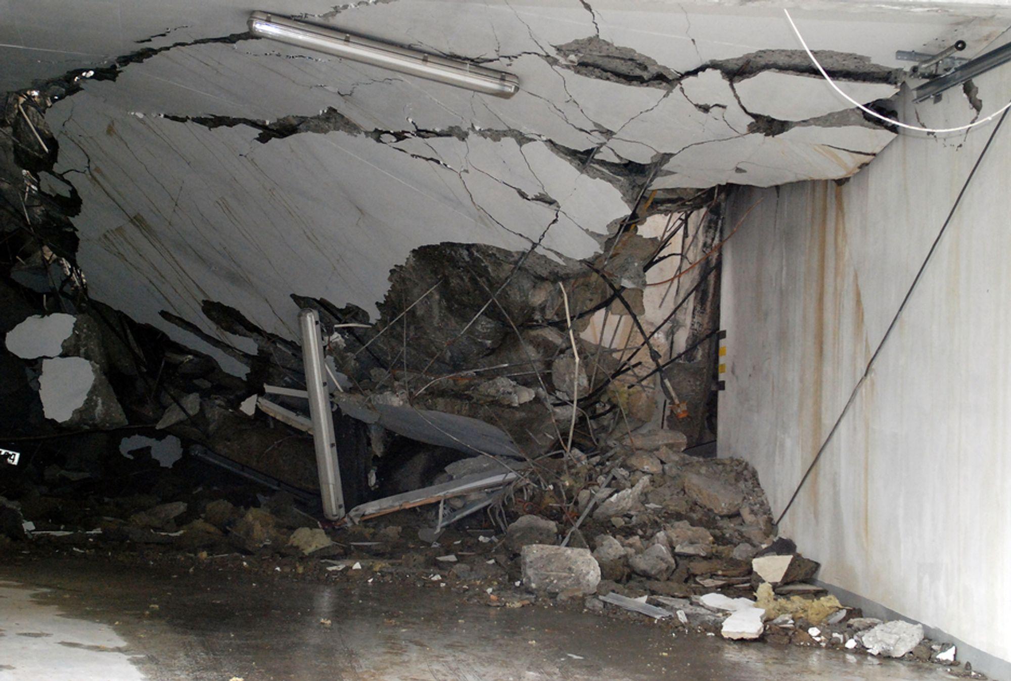 KAN GI TILGANG: Garasjen gikk under hele bygget i Fjelltunvegen 31 i Ålesund. Nå er den helt kollapset. Redningsmannskapenetok seg inn til 1. etasje gjennom åpningen i veggen til høyre i bildet.