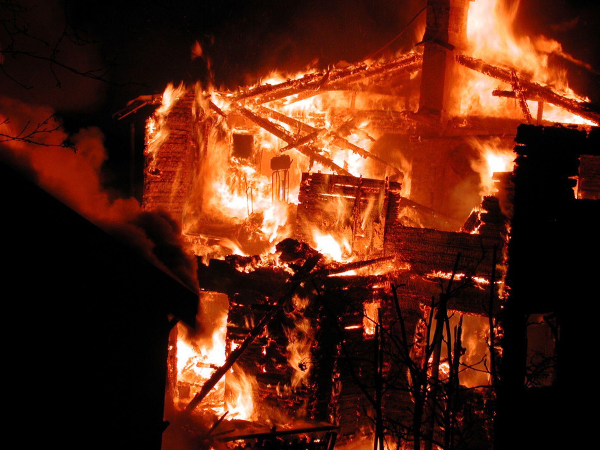 Kriminalteknikerne har en vanskelig jobb på branntomta.