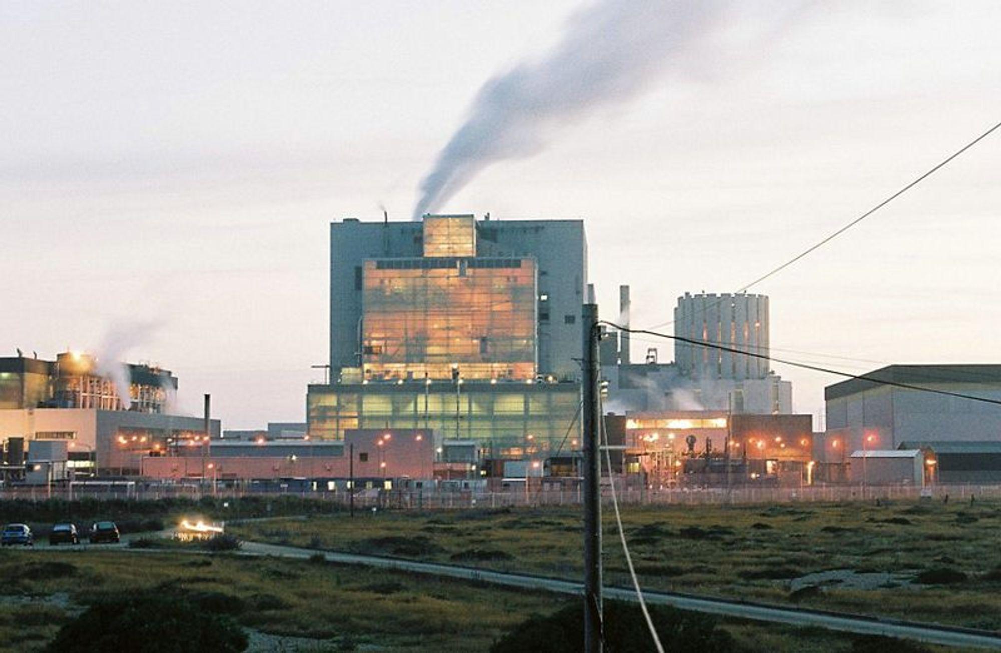 MER KJERNEKRAFT: Atomkraftverket Dunggeness A i Storbritannia ble stengt i 2006 og skal demonteres. Men britiske ingeniører vil ha 30 nye atomkraftverk for å skaffe mer CO2-fri energi.