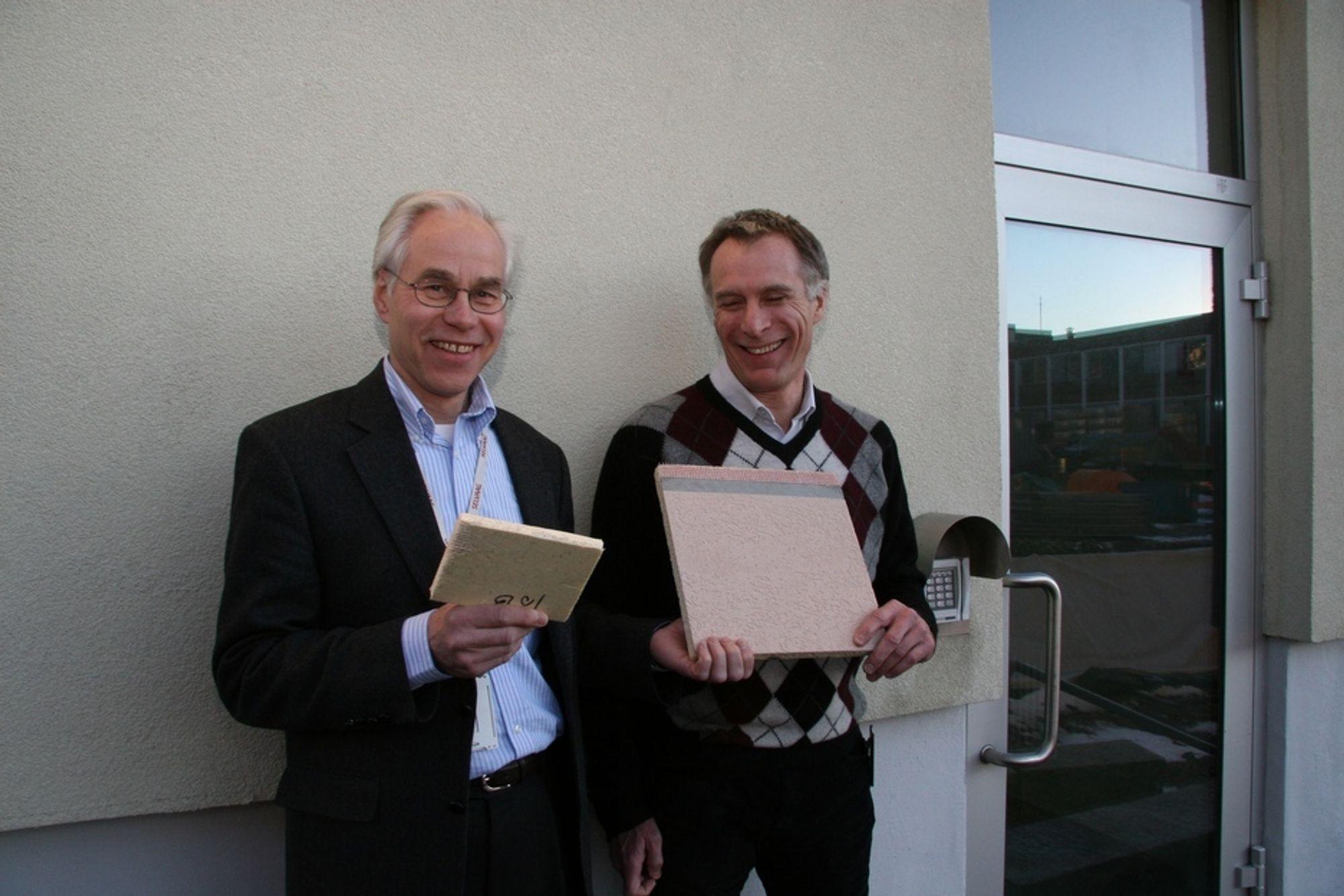 FASADEPLATER: Trond Stensrud, til venstre, og James Berg fremmer innovaasjon og patenter hos Selvaag. Her står de foran selskapets patenterte fasadeplate,med hver sin prøve i hånden.