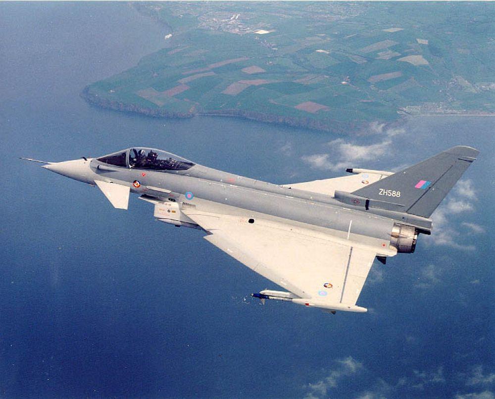 TAR AV: Eurofighter tar av, flyet er i serieproduksjon. Til den neste serien planlegges en videreutvikling som norsk industri er invitert til å delta i. De første tre kontraktene er klare. FOTO: EUROFIGHTER