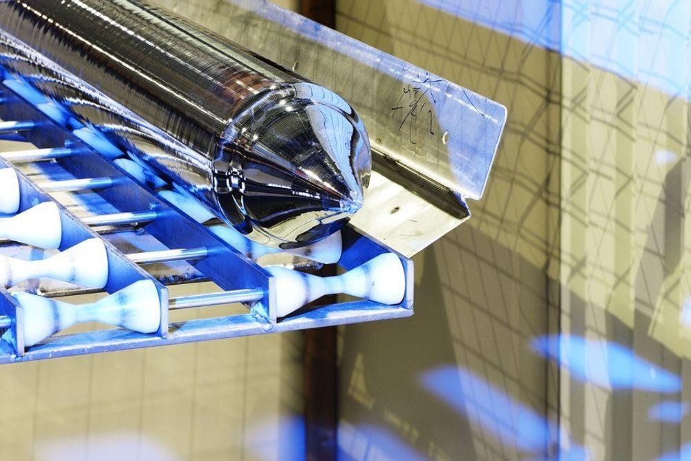Silisiumstav - før den skjæres til tynne silisiumskiver. REC opererer i dag med skivetykkelser på ca 160 mikrometer og tråddiameter på 140 mikrometer. Men ved hjelp av protonsaging (beamsaw) kan  skivetykkelsen komme ned mot 20 mikrometer.