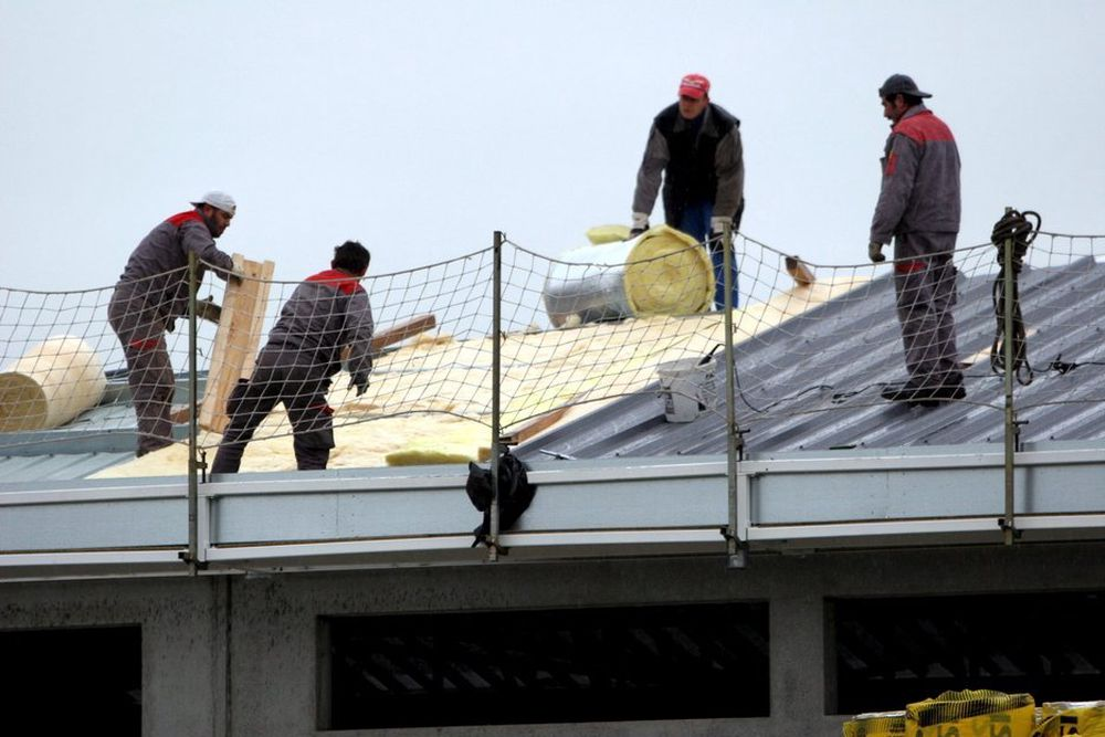 BREMSER OPP: Det blir mindre å gjøre for bygningsarbeidere neste år, dersom vi skal tro prognosen.