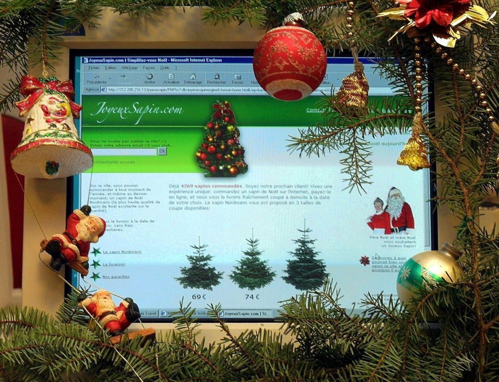 PC-skjerm med julepynt.