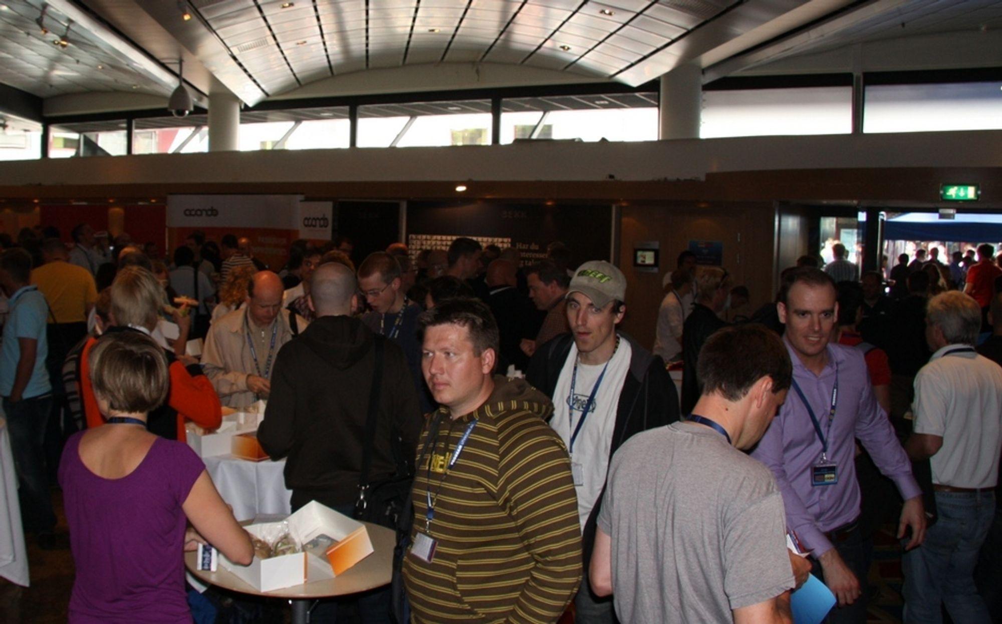 Trangt. Det ble trangt om plassen da folk strømmet til den første utviklerkonferansen NDC. Neste år blir det mer armsleng med hele Telenor Arena til rådighet.