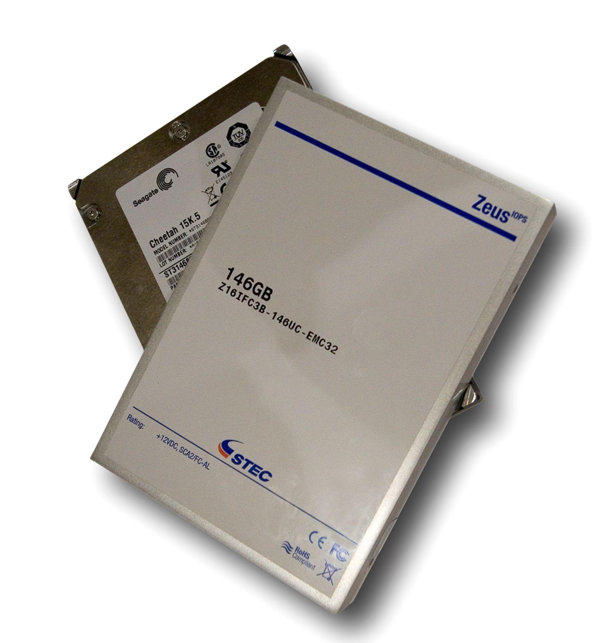FASTLAGER: En flashdisk minner litt om harddisken under men er svært mye raskere og har ingen bevegelige deler.