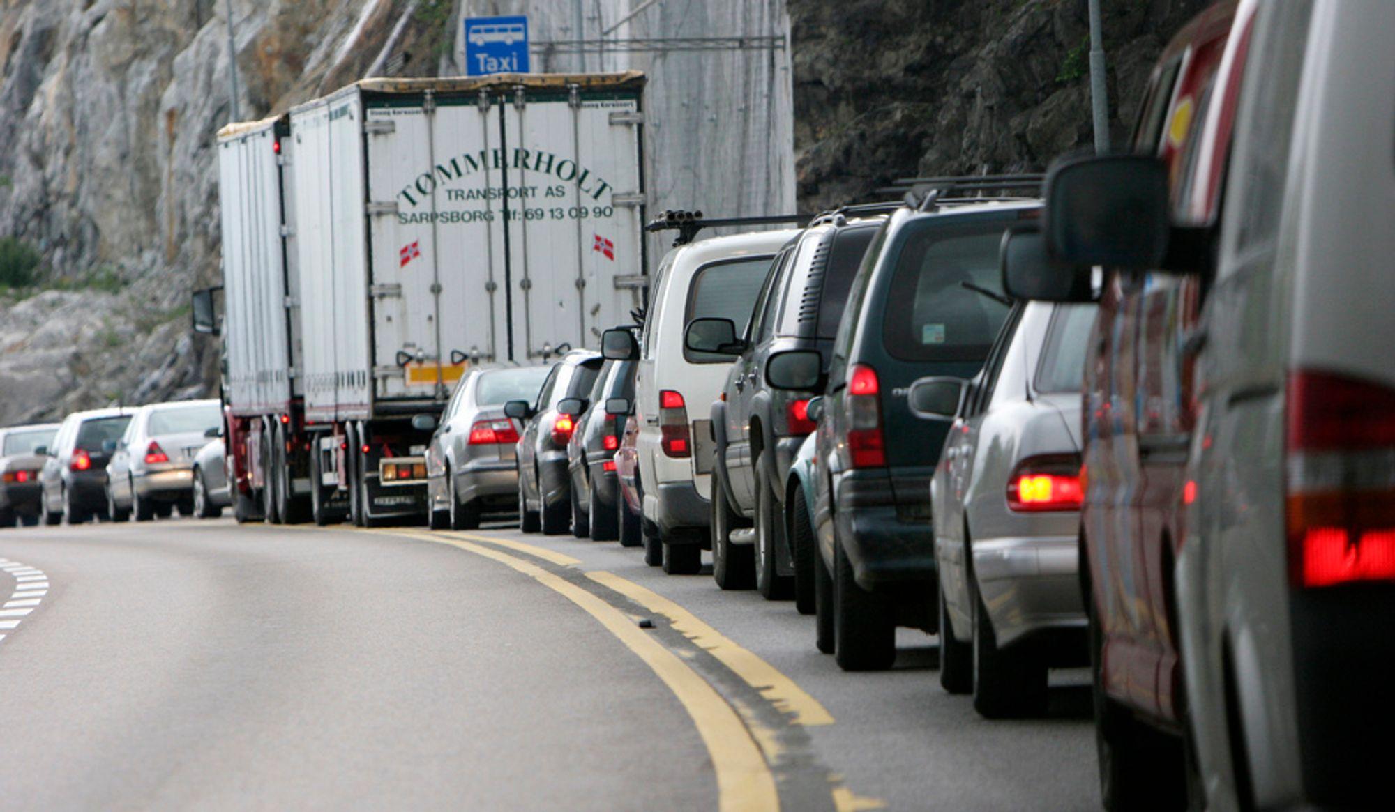 Bilister som sitter fast i kø kan med rette rette sin irritasjon til en eller annen bilist lengre fram, viser ny trafikkforskning.
