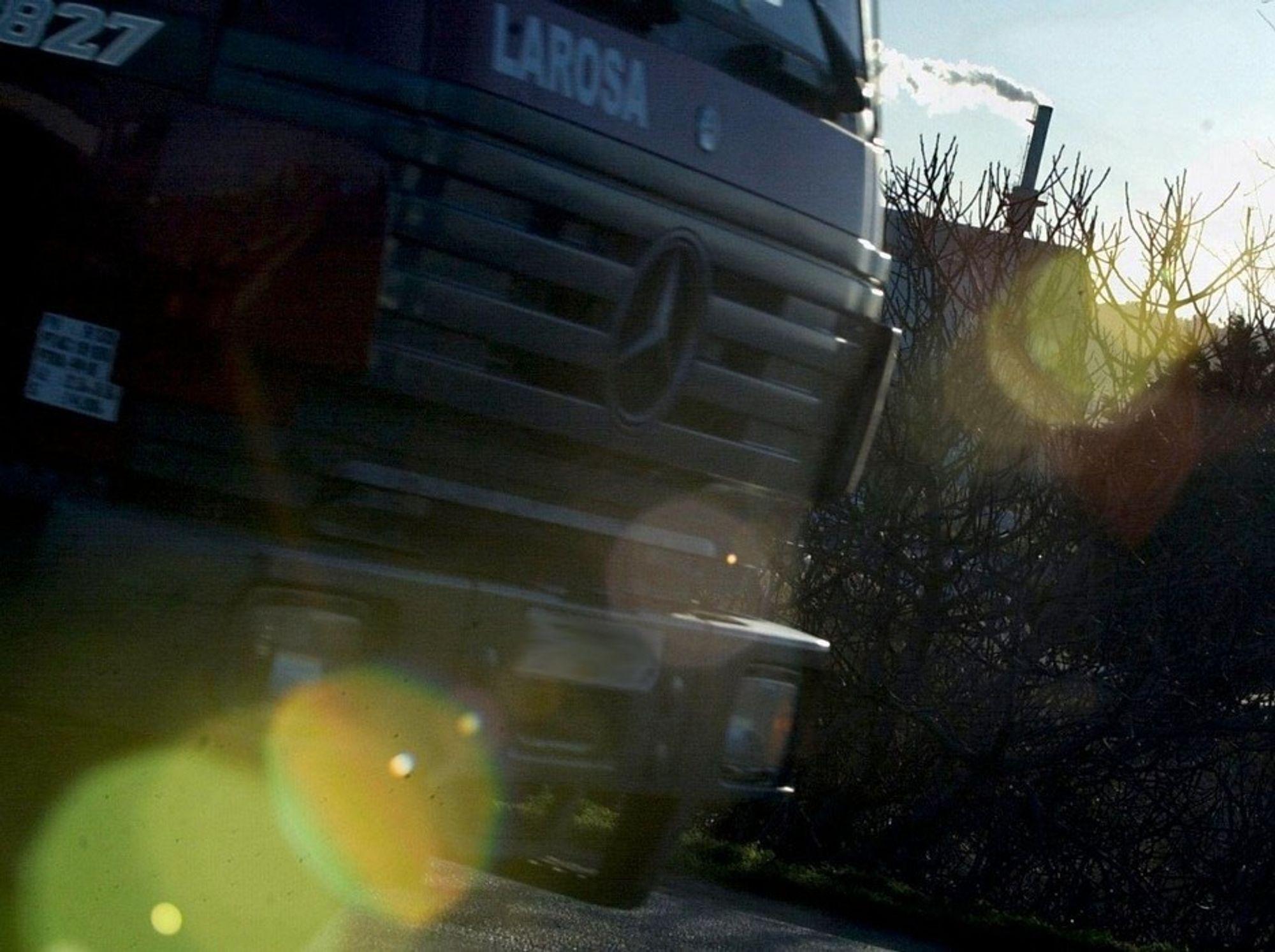 FREKKE: Tyvene brøt opp garasjedøren til fabrikken, rygget en lastebil inn i lokalet og brukte sannsynligvis en av Kabelgranulerings trucker for å laste over åtte tonn kobber.