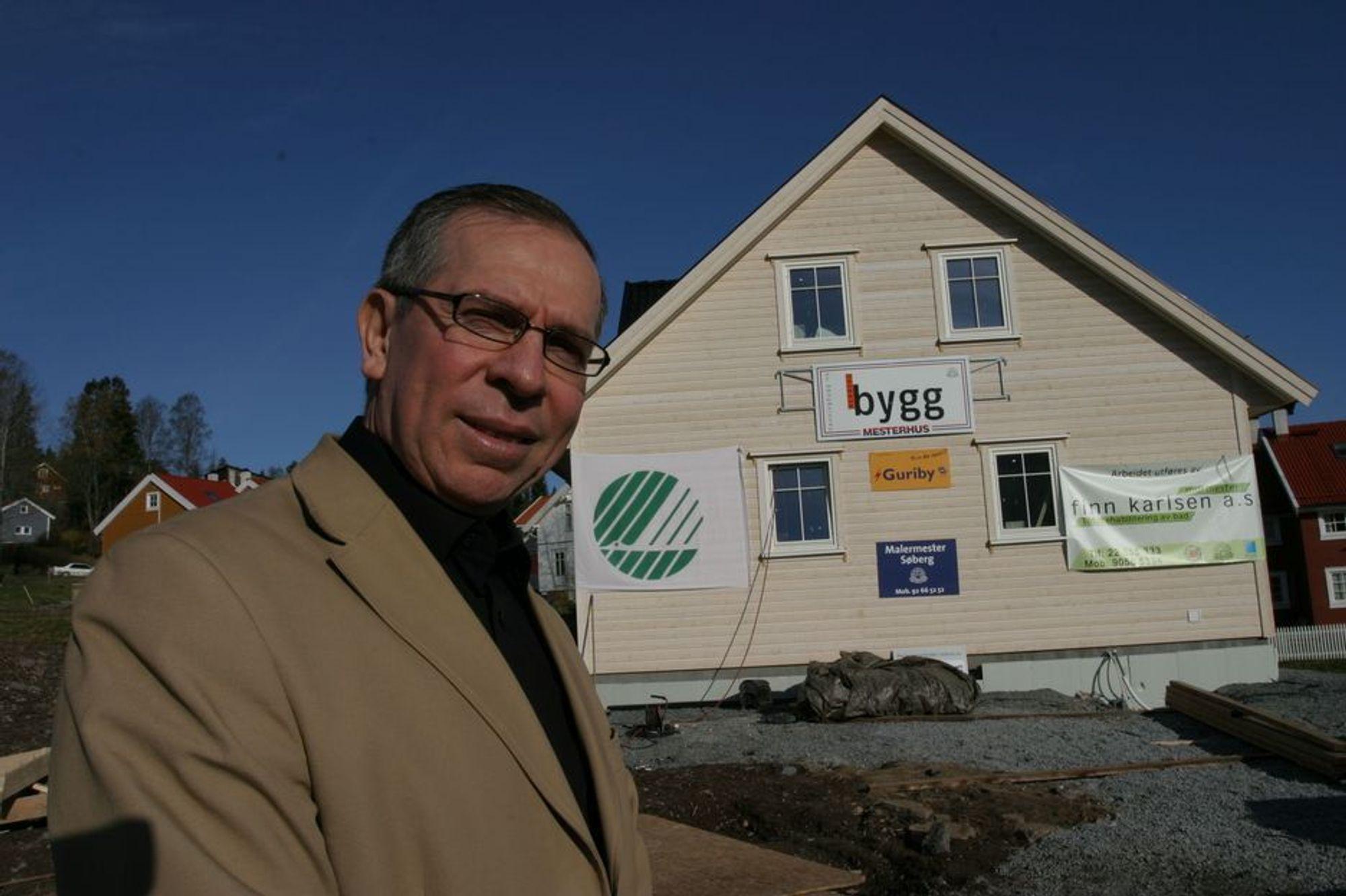 HUS FOR FREMTIDEN: - Dette huset har ekstremt isolerende materialer og et selvregulerende klimasystem, sier rådgiver for byplanlegging i Bærum kommune, Pedro Ardila.