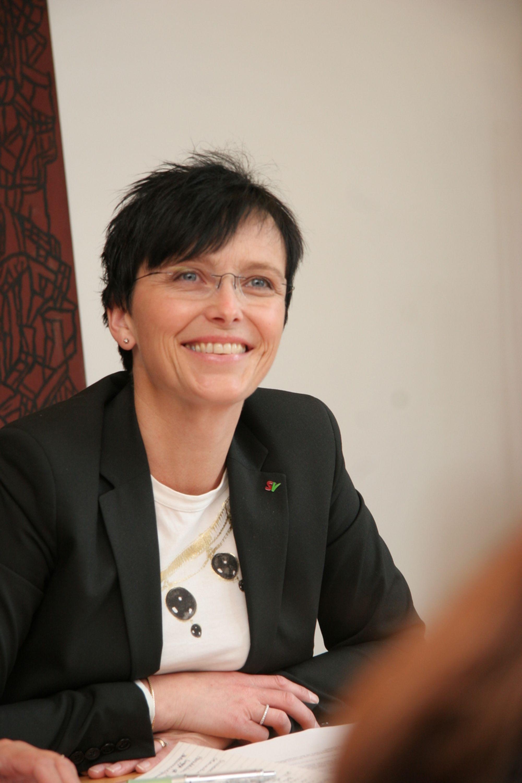 ENDELIG SKJER DET NOE: IT-minister Heidi Grande Røys har endelig fått sving på IT-arbeidet til myndighetene. Men IT-bransjen kommer til å følge nøye med om hun klarer å gjøre staten til verdens beste på offentlig administrasjon ved hjelp av IT.