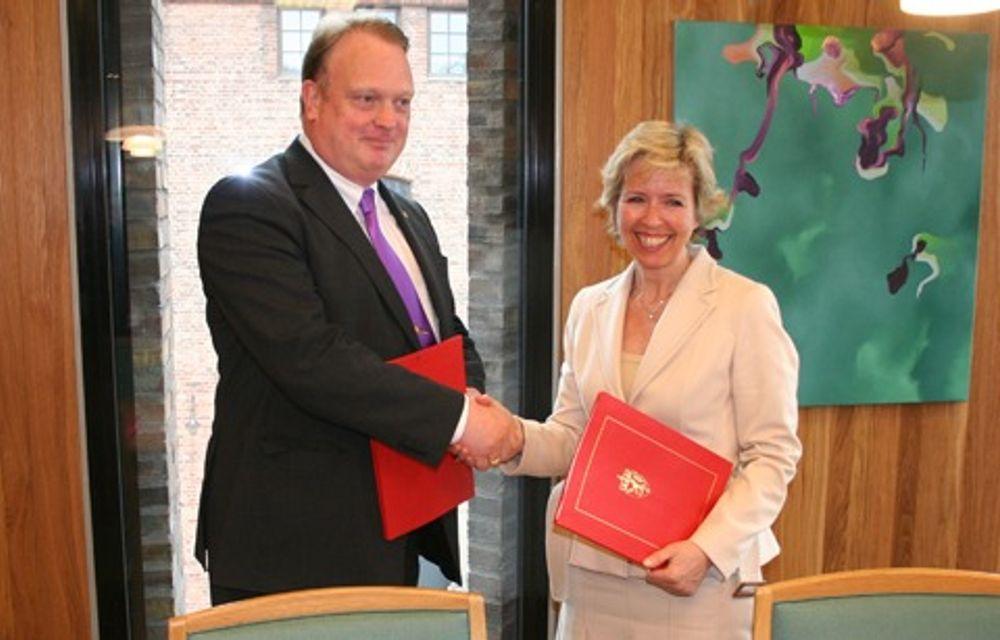 FORNØYD: Norges forsvarsminister Anne-Grethe Strøm-Erichsen og Sveriges forsvarsminister Mikael Odenberg var fornøyde med den nye avtalen.