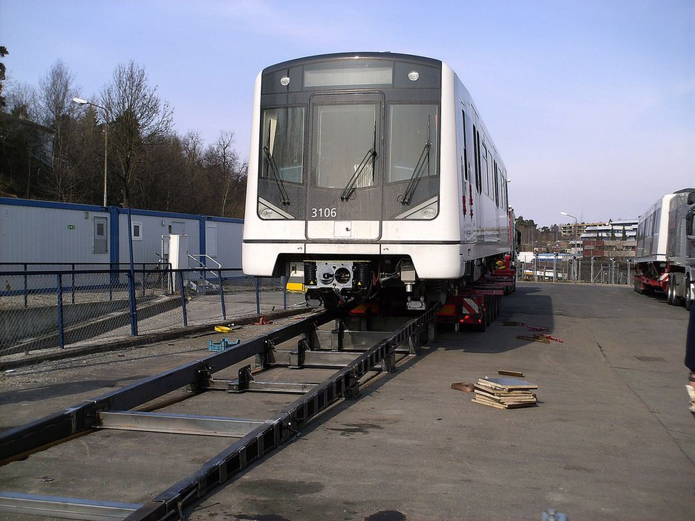 EGEN RAMPE: På Ryen er det bygd en egen rampe for å få de nye MX3000-vognene ned fra lastebilene og over på skinner. Det trengs, når de skal motta ett togsett hver 14. dag de neste årene.