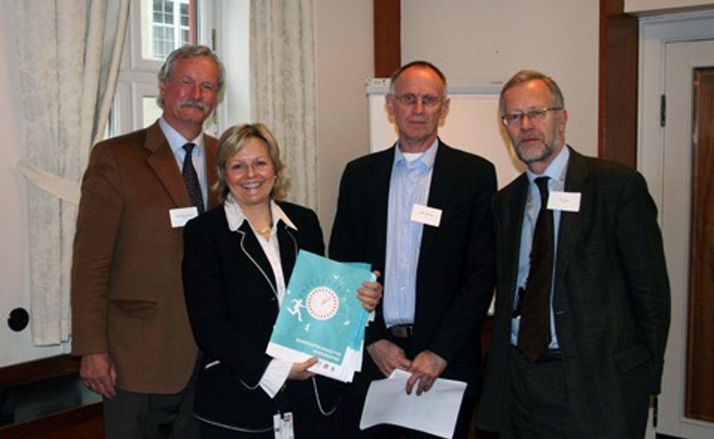 FORNØYD: Kåre Rygg Johnsen (Tekna), Stein Reegård (LO) og Tor Steig (NHO) overrakte rapporten til statssekretær Rikke Lind.
