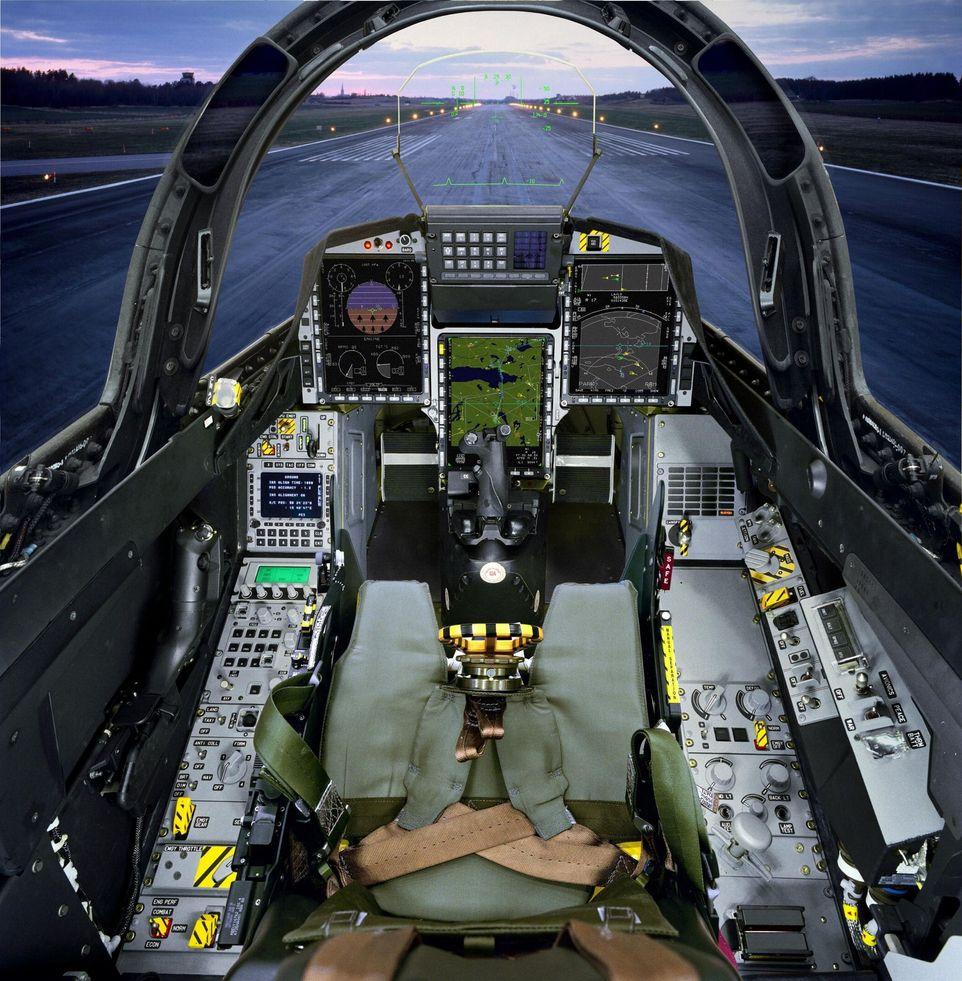 NATOMASKIN: Det svenske kampflyet SAAB JAS-39 Gripen har NATO-cockpit og kan bære og avfyre/slippe alle aktuelle NATO-våpen. Bildet viser cockpit i en tsjekkisk versjon. FOTO: SAAB