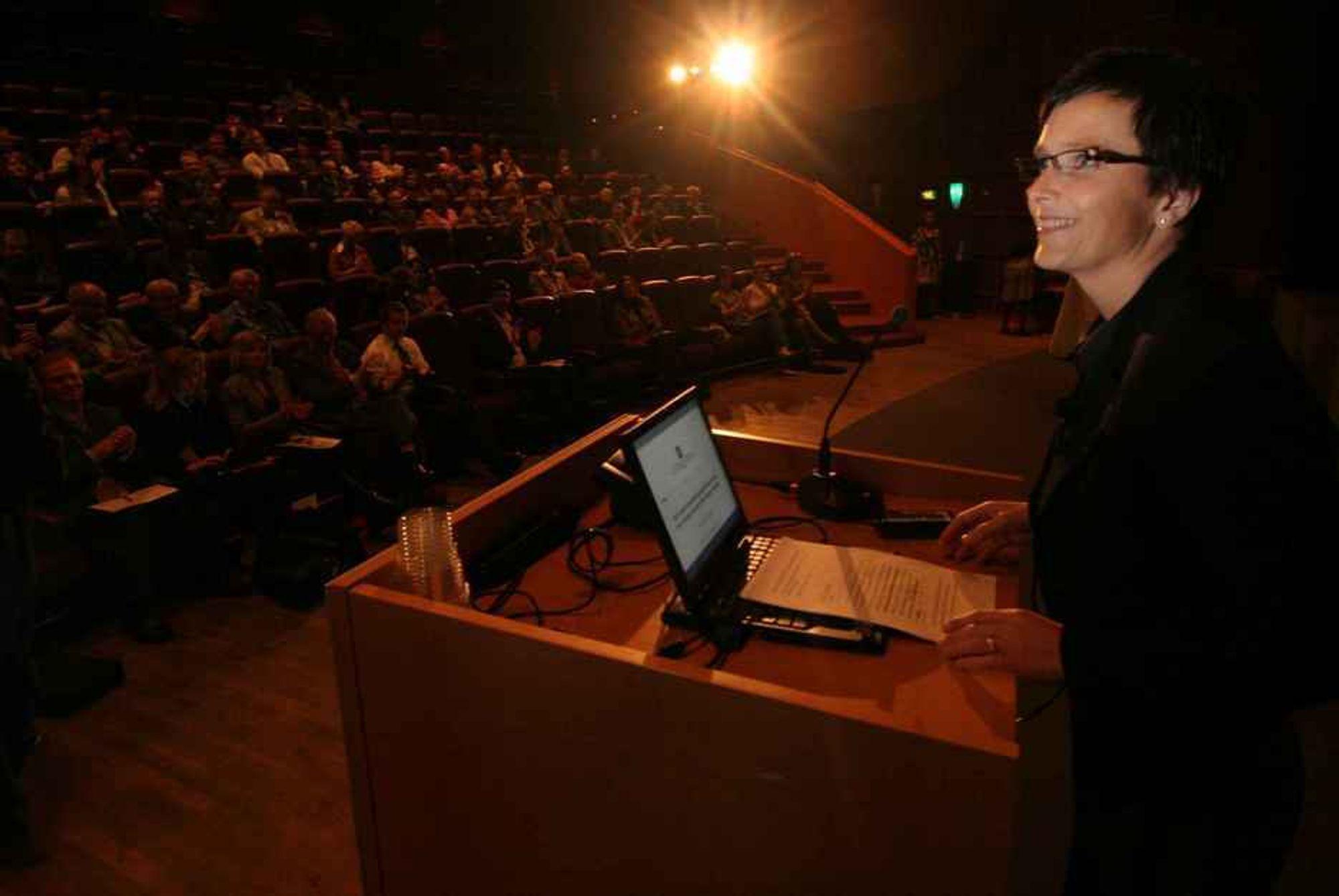 GLISSENT: IT-minister Heidi Grande Røys talte for halvfull sal under det som skulle være årets største konferanse for offentlig IT.