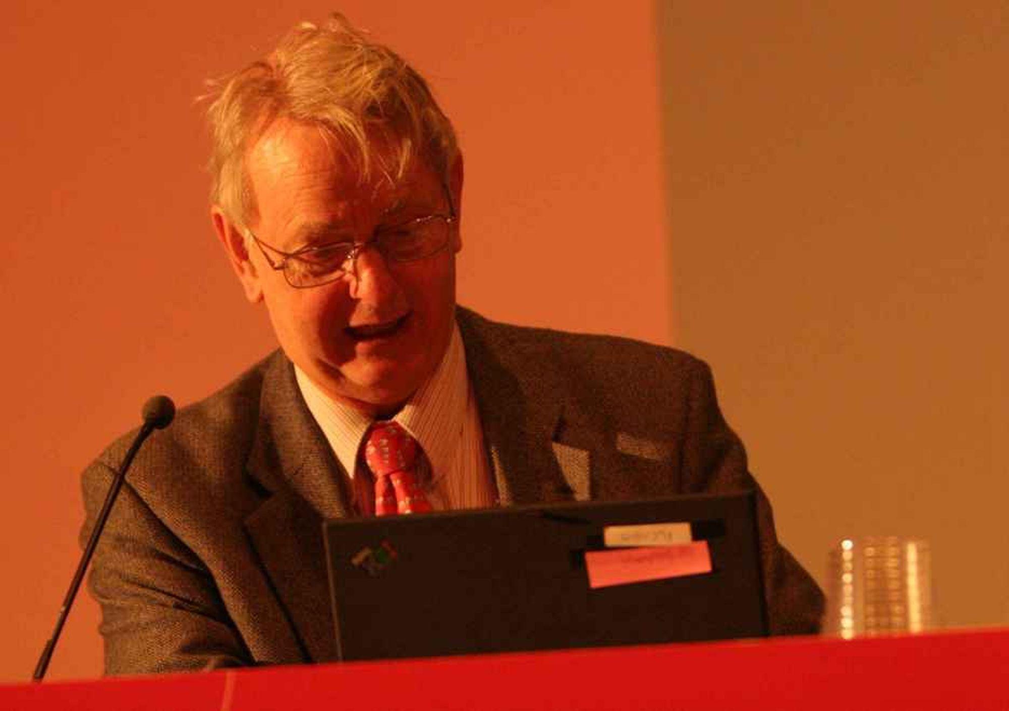 IKKE HELT PÅ NETT: Skal vi se...her har vi det snart...men det er jo ikke nettdekning. Dekanus Arne Sølvberg ved NTNU hadde heller ikke kontakt med Trådløse Trondheim under sitt åpningsforedrag under NOKIOS-konferansen i dag.