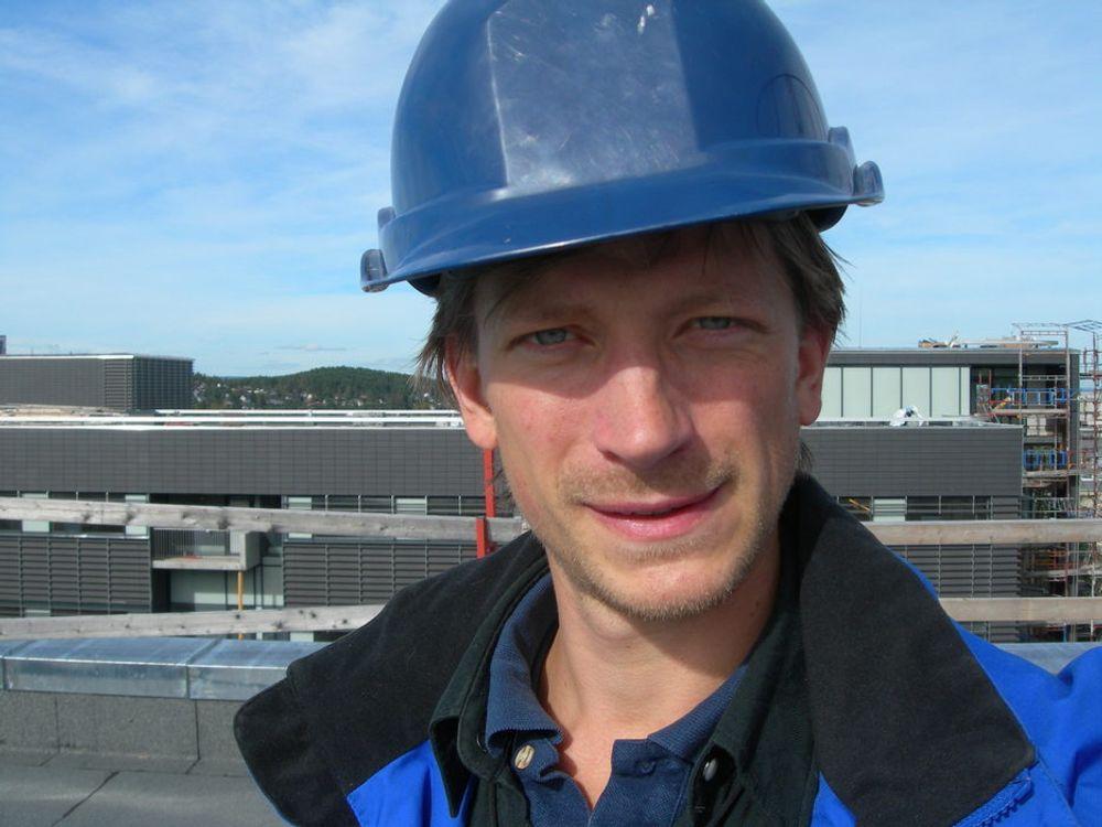 FORNØYD: Erik Sætrang Amundsen har interessante arbeidsoppgaver.