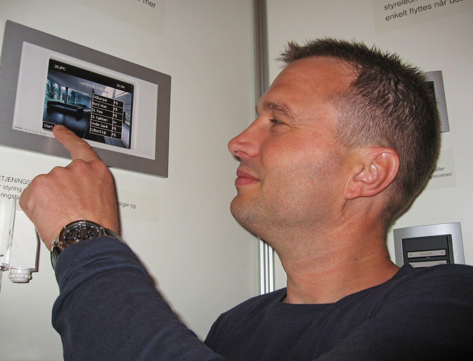 SMART: Bjørn-Erik Askestad er produktsjef for smarthusteknologi i Micro Matic Norge AS.