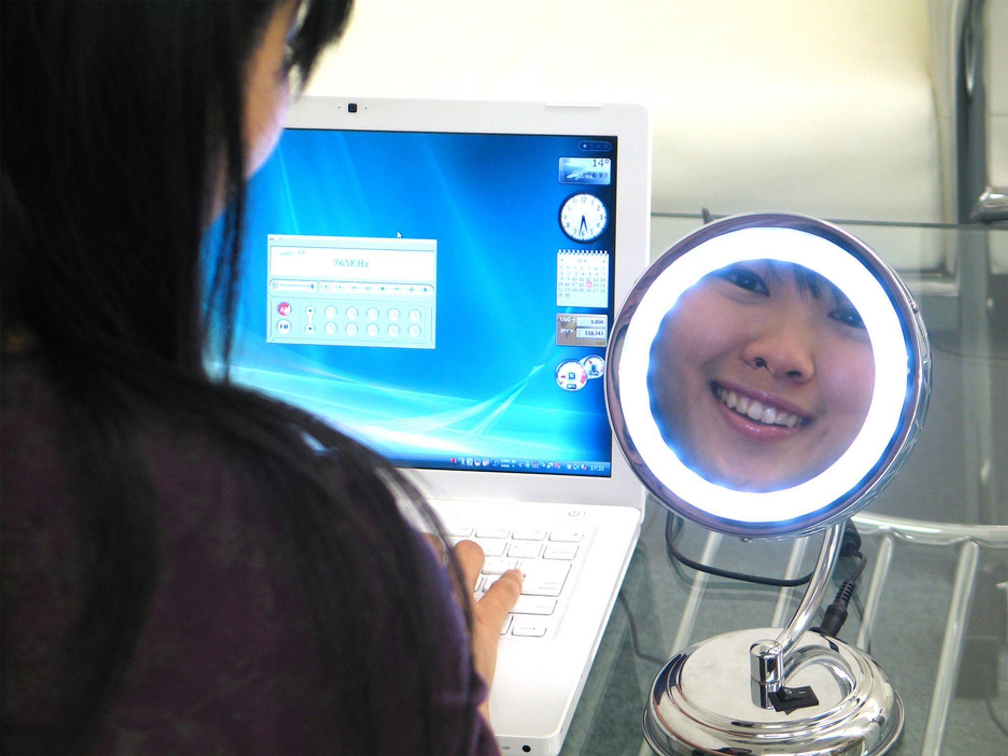 LILLE SPEIL HVEM ER VAKREST...: Se deg selv mens du snakker med noen i web-kameraet.