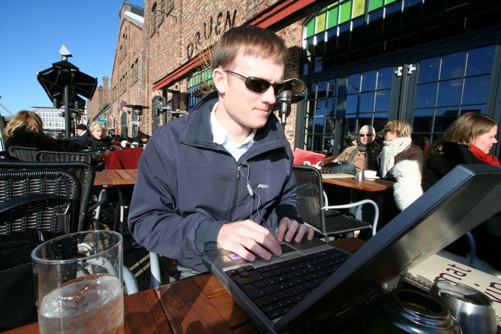 NETT FOR ALLE: Forsker Thomas Jelle nyter trådløs nettilgang utendørs - midt i Trondheim sentrum.