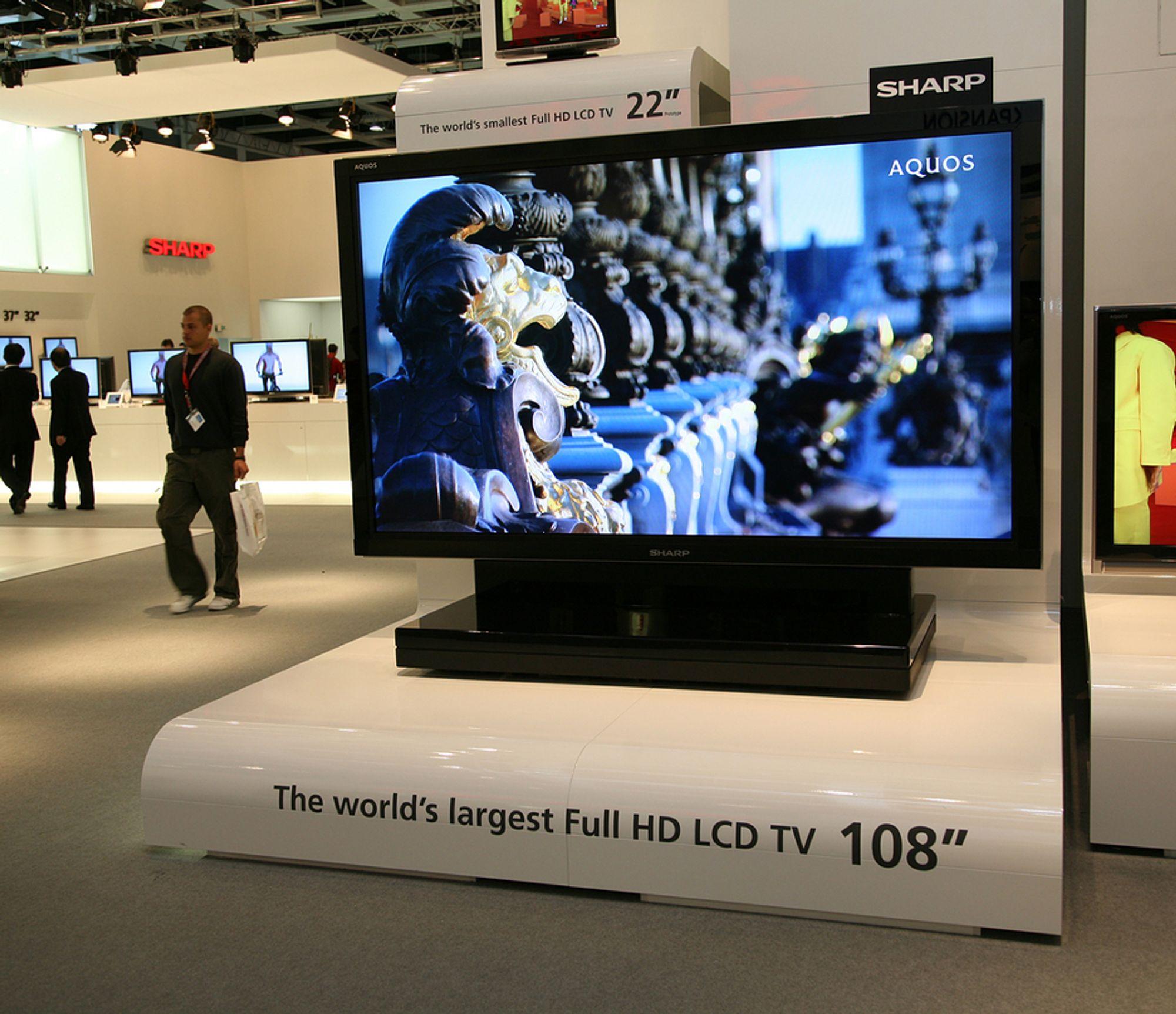 DETTE KAN DU ØNSKE DEG: Sharp har vist frem prototypen av det som skal være verdens største LCD-TV i full-HD-kvalitet. Den er ikke mindre enn 108 tommer stor.