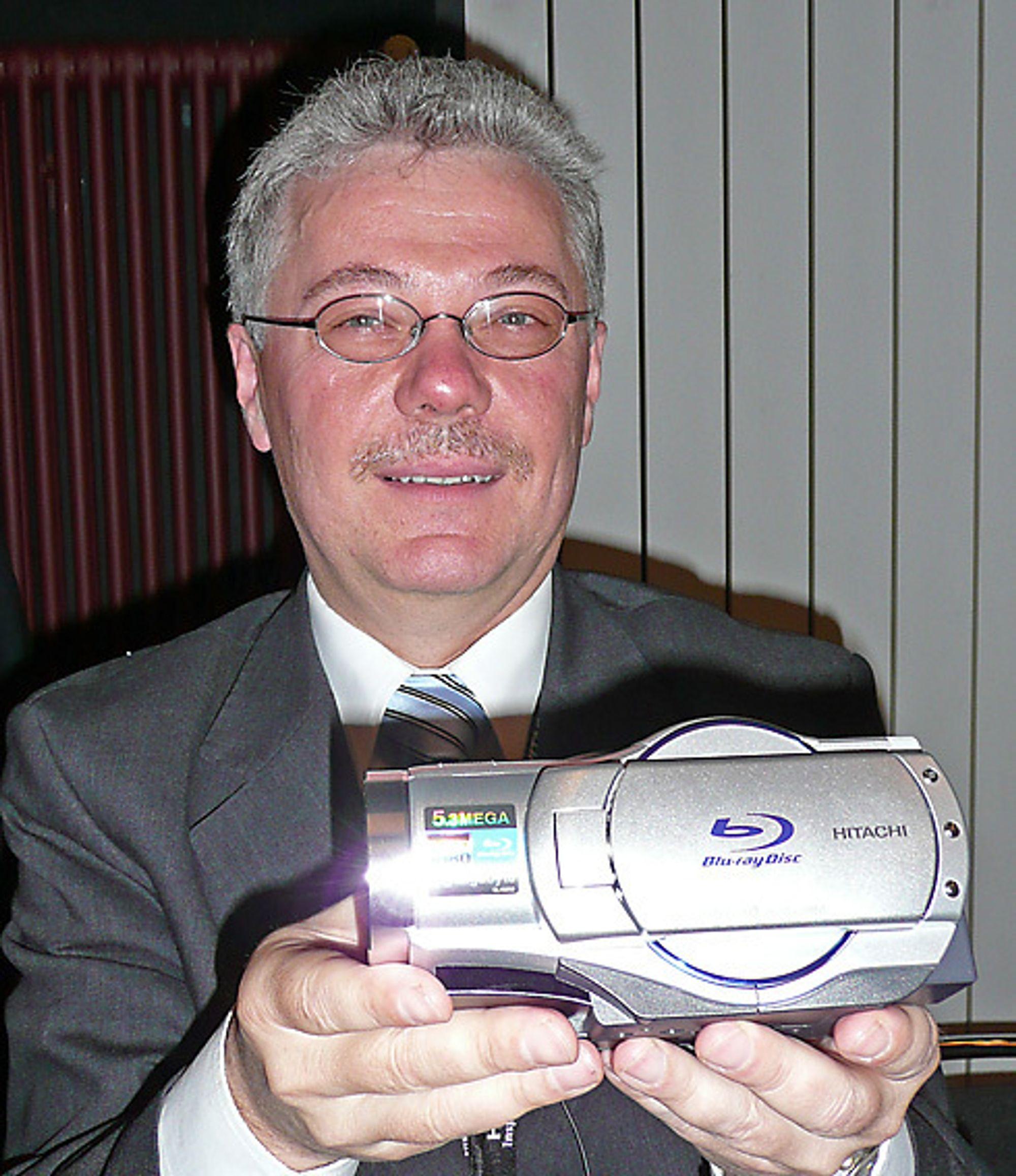 Hitachi legger alle egg i Blu-ray-kurven med ny HD-opptaker som lagrer rett på små Blu-ray-discer. Kamaerat bruker en 8 cm BD med 7,5 GB kapasitet og koster 18 euro. - Prisen faller raskt, sier Roland Fritch i Hitachi.