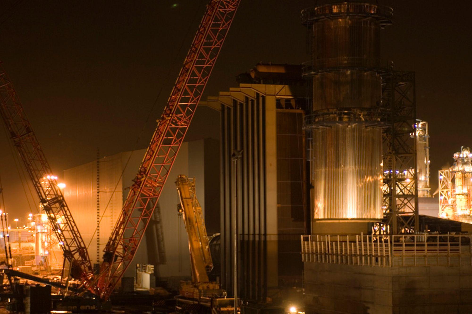 I MØRKET: Det arbeides nesten døgnet rundt på Kårstø, men nå mener Petroleumstilsynet at det går litt for fort i svingene. Her heises en skorstein på plass.