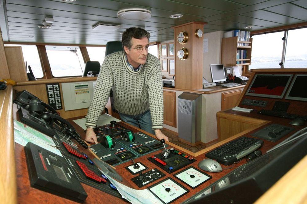 IT TIL SJØS: Skipper Arve Knudsen regjerer stolt over NTNUs og Sintefs nye forskningsfartøy Gunnerus, som er stappet med det siste av IT-løsninger. Sintef Marintek er nå sentrale i en europeisk satsing på å bedre IT-verktøyene innen skipsfart.