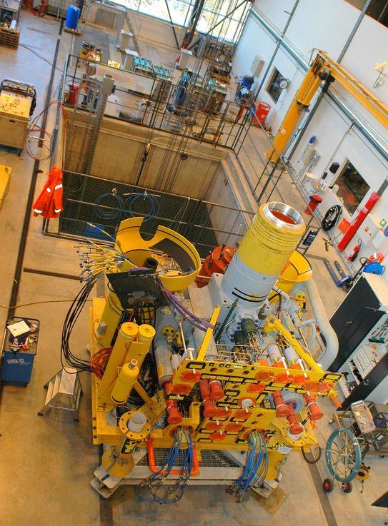 UNDER TEST: Hele brønnhodet  senkes ned og testes ut  før det monteres i brønnramme. Enheter inn til 70 tonn kan testes i de to bassengene.