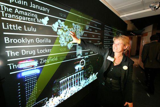 POPCORN-SKJERMEN: Har du sett filmen Minority Report der Tom Cruise bruker en stor og interaktiv dataskjerm i veggstørrelse? Kirsti Kierulf viser fremtidens informasjonstavler på kinoer. Den spesielle skjermen er allerede tatt i bruk, men Accenture jobber nå med å forbedre den.