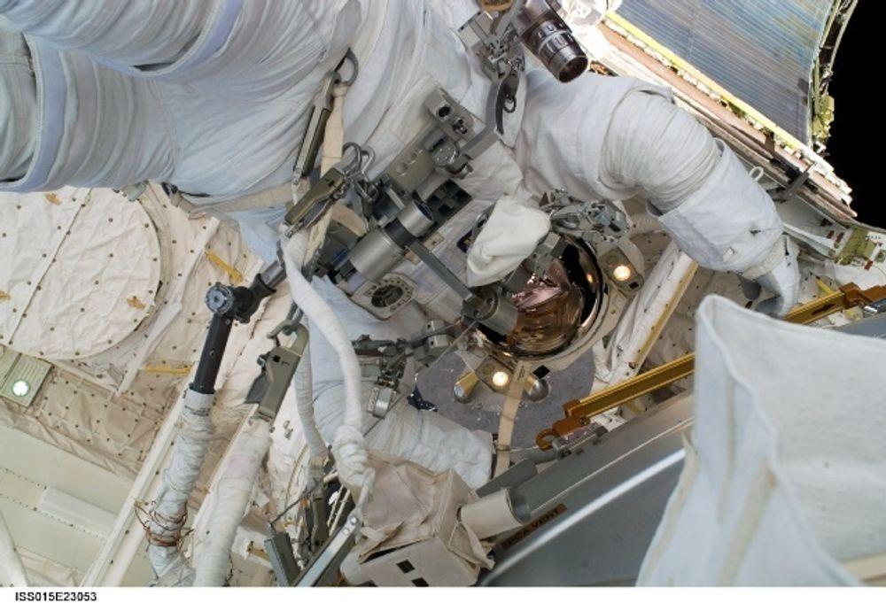 Astronaut Dave Williams deltok i STS-118-mannskapets fjerde og siste romvandring søndag. Den skulle egentlig vare i syv timer, men etter fem timer ble de kalt inn igjen og måtte pakke for returen til Jorda.