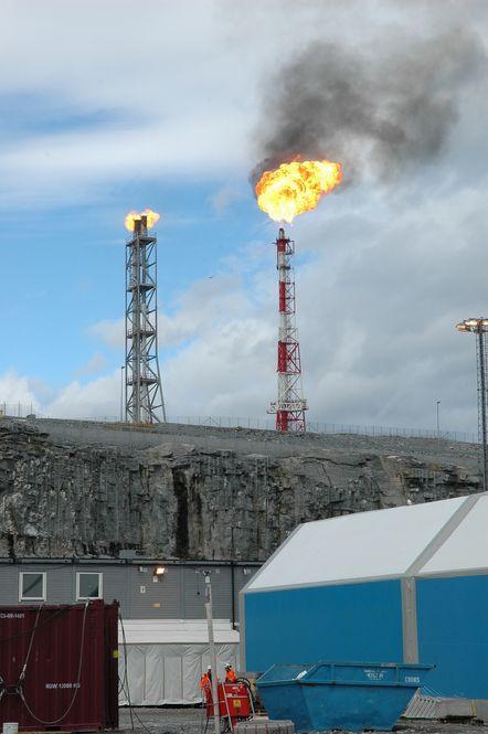 Røyk siver ut fra høytrykksfakkelen for kald våtgass på Melkøya.