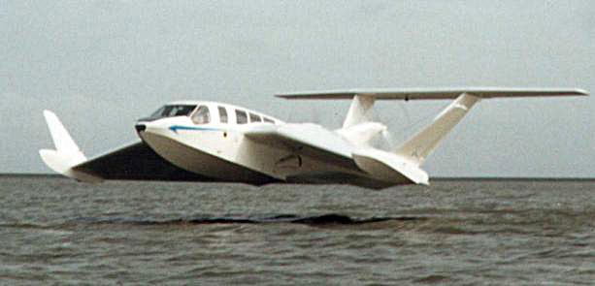 Flyr to meter over havet
