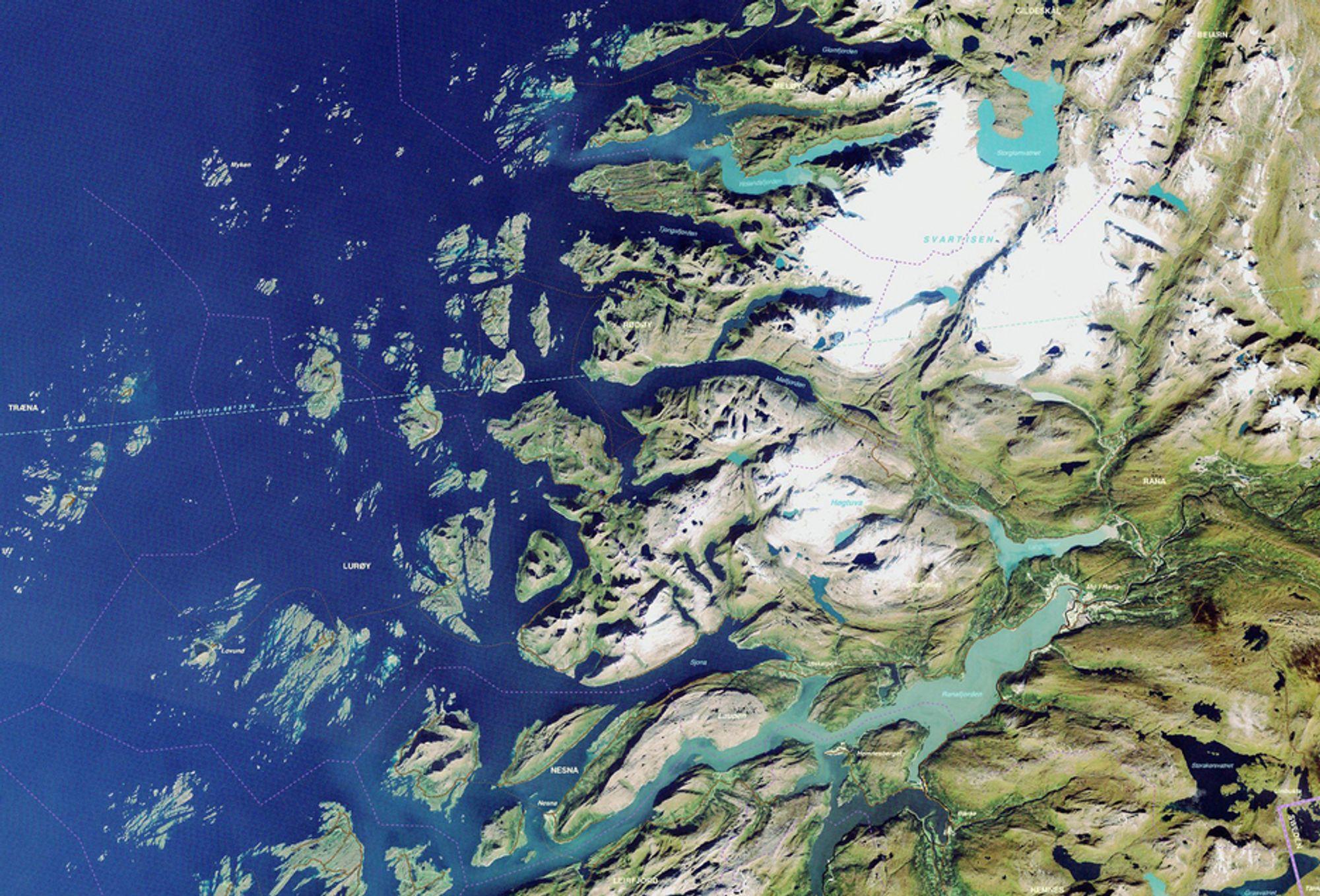 """Satellittbildet """"Fra Tärna til Træna""""  viser området rundt polarsirkelen fra kysten av Norge og et langt stykke inn i Sverige."""