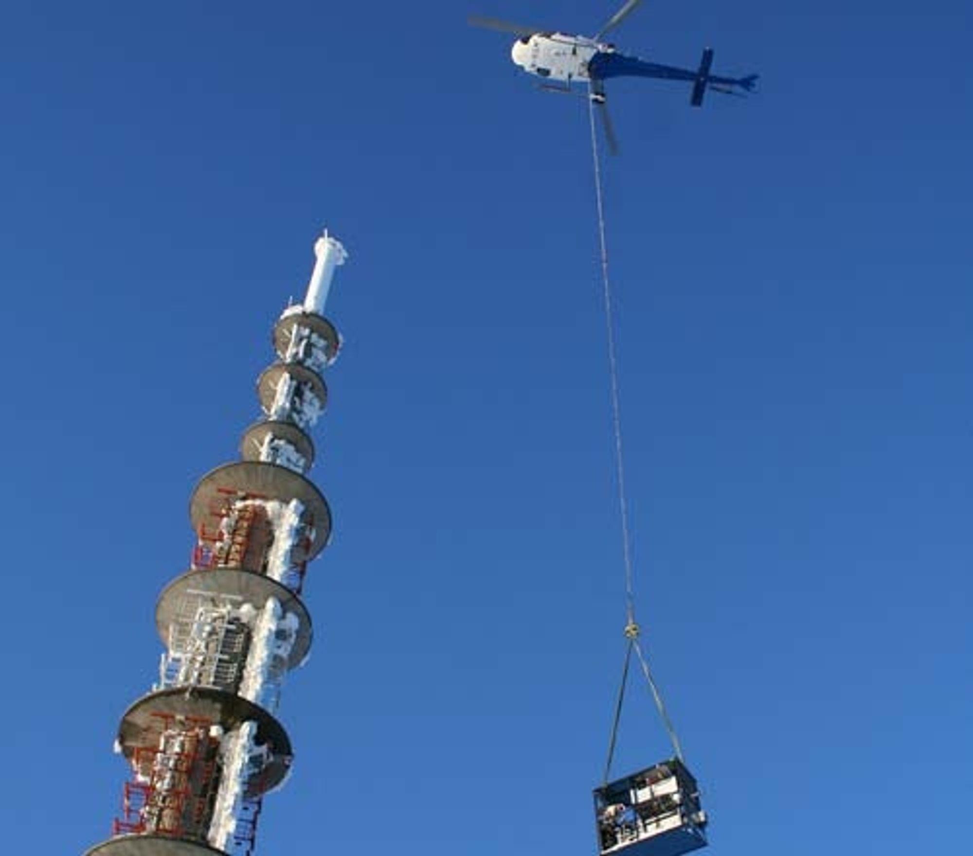 KLAR FOR ÅPNING: Mange av senderne til bakkenettet klare for åpning lørdag. Her flys utstyret ii til Jonsknutensenderen. Arkivbilde
