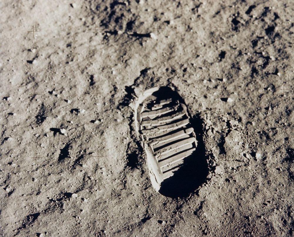 HISTORIE: Her er et av de første skoavtrykkene laget av et menneske på Månen. Fotsporet stammer fra Buzz Aldrins sko, fra den gang da han og Neil Armstrong gikk på månen - 20. juli 1969.