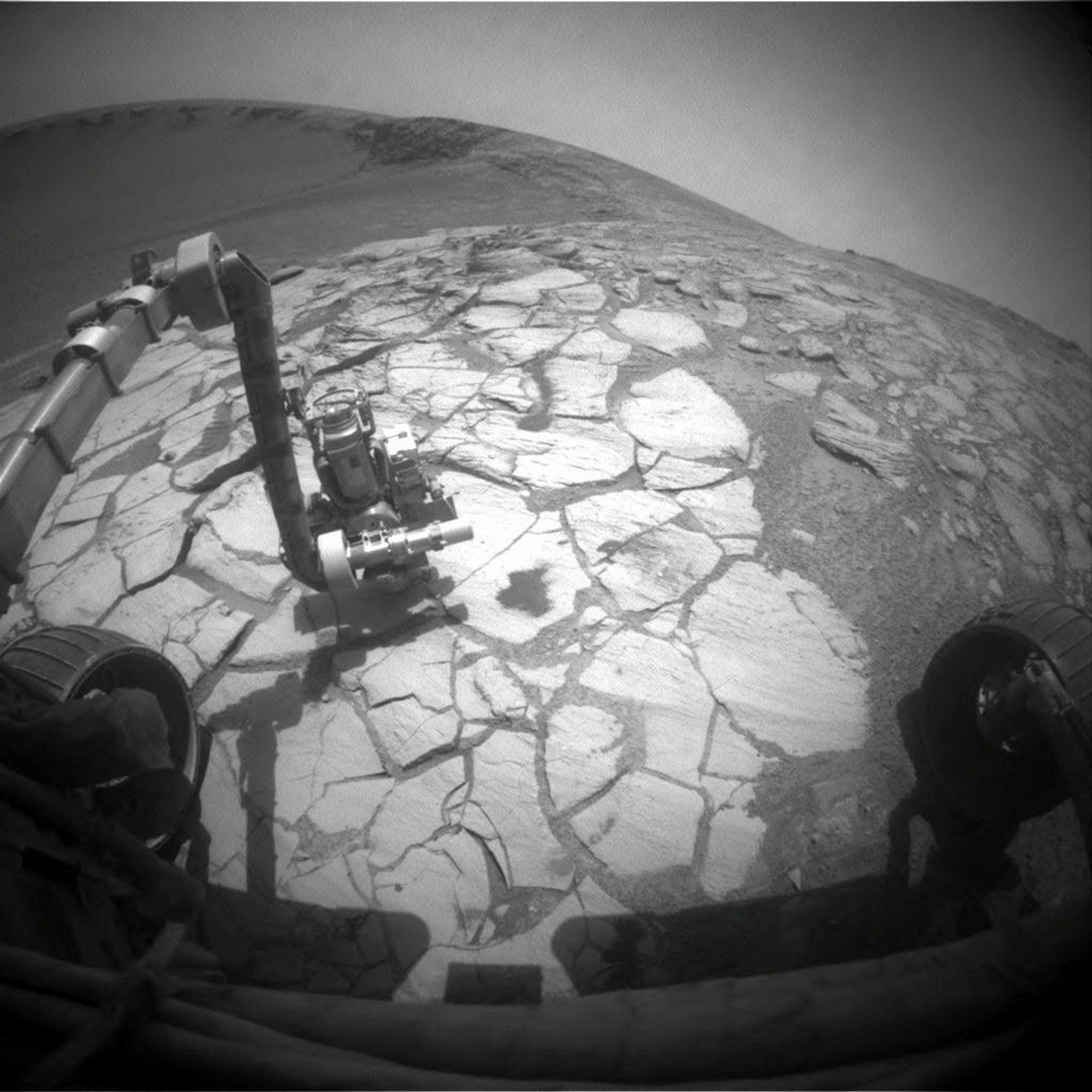 JOBBER PÅ: Opportunity befinner seg akkurat nå i det gigantiske Victoria-krateret. På dette bildet, som ble tatt 13. oktober, undersøker den et område med lyse steiner.