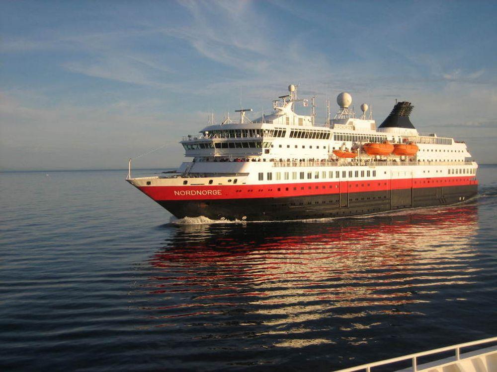 Hurtigruteskipet NORDNORGE på vei nordover ved Lofoten i solnedgang sommeren 2006.
