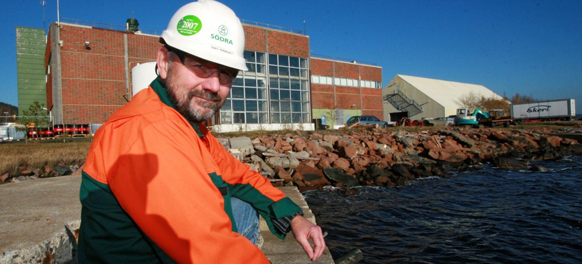 Bjørn Pettersen i Södra Cell Tofte foran den nedlagte klorfabrikken der Statkraft nå skal bygge et pilotanlegg for produksjon av saltkraft